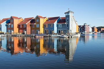 Reitdiephaven Groningen, kleurrijke woonbuurt. van Gert Hilbink