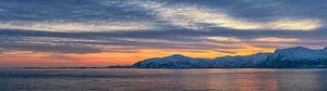 Zonsondergang boven de kust van Vestfjord in Noord Noorwegen