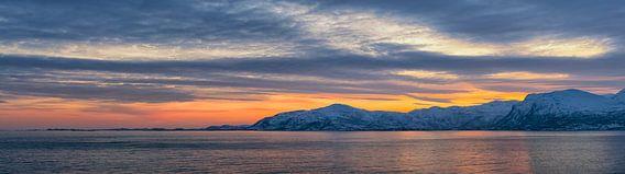 Zonsondergang boven de kust van Vestfjord in Noord Noorwegen van Sjoerd van der Wal