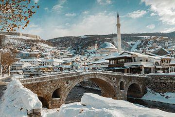 Oude stenen boogbrug en uitzicht op de stad Prizren, Kosovo van Besa Art