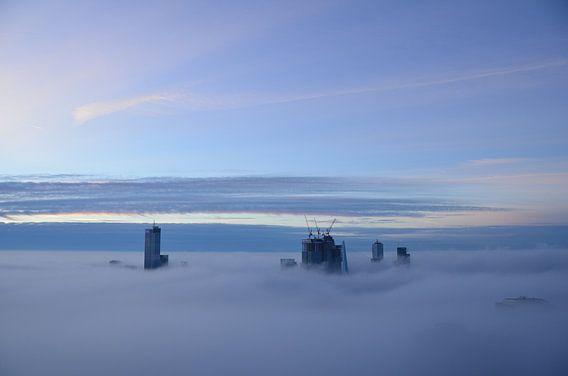 Rotterdamse Iconen stijgen uit boven de mist van  Marcel van Duinen