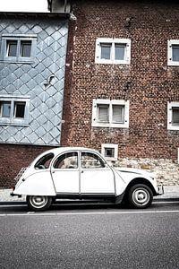 Citroën 2CV - lelijke eend - geparkeerd aan de kant van de straat