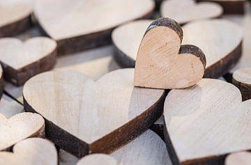 De achtergrond van de valentijnsdag met vele houten liefdeharten van Alex Winter