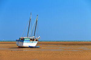 Zeilboot op het strand in Morondava van