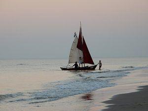 Zeilbootje op het strand van