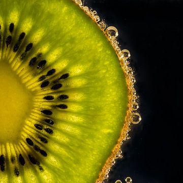 Disque de kiwi dans l'eau avec des bulles