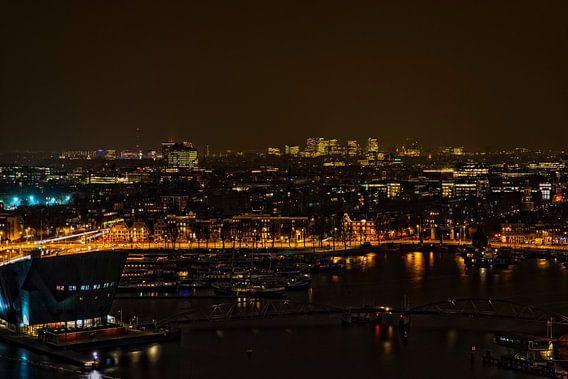 Het Oosterdok in Amsterdam bij avond.