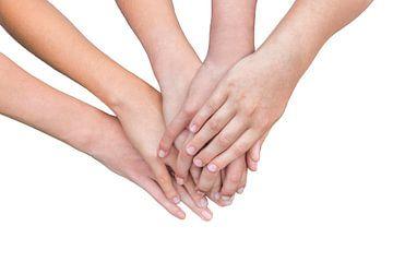 Arme von Mädchen mit den Händen auf einander auf weißem Hintergrund von