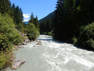 Stromend water in de Dolomieten,  Italië van Joke te Grotenhuis