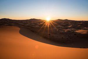 Zonsopkomst in de Sahara woestijn van Marokko