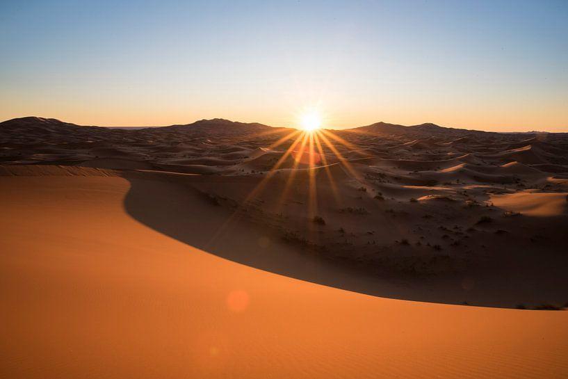 Zonsopkomst in de Sahara woestijn van Marokko van Chris Heijmans
