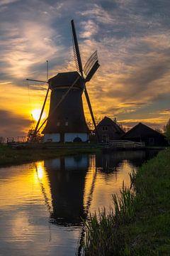 Puur Nederland. Een molen bij zonsondergang. van GiPanini