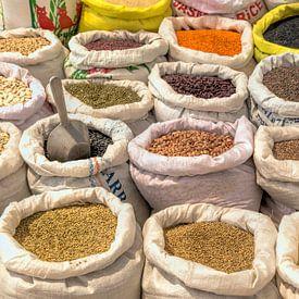 Handelsware mit Hülsenfrüchten, orientalischen Gewürzen in Israel, Nahost von Mieneke Andeweg-van Rijn