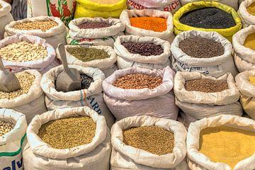 Koopwaar met peulvruchten, oosterse specerijen  in Israël, Midden-Oosten van Mieneke Andeweg-van Rijn