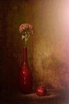 Rood stilleven met rode vaas ,rode appel, rode bloem van Saskia Dingemans