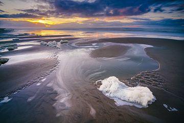 Schaum am Strand bei Sonnenuntergang von Fotografiecor .nl