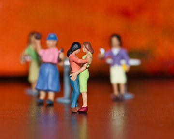 Liefde op de dansvloer met miniaturen met een oranje achtergrond van J..M de Jong-Jansen