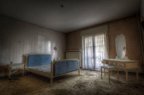 Slaapkamer in een verlaten villa