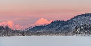 Lac Sudlia au coucher du soleil dans la partie nord de la Norvège sur Jos Pannekoek