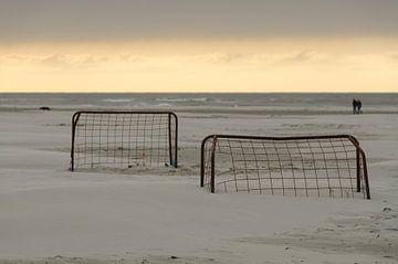 Voetbalgoals op een strand bij zonsondergang van Tonko Oosterink