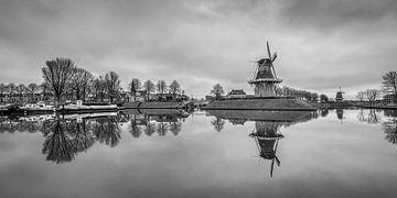 Der Kanal um Dokkum mit seinen erkennbaren Windmühlen in schwarz-weiß von Harrie Muis