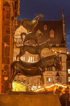 Bremer Stadtmusikanten und Weihnachtsmarkt  bei Abendd�mmerung, Bremen, Deutschland, Europa von Torsten Krüger