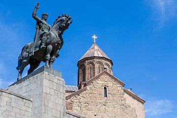 Statue de cavalier et église géorgienne Metekhi Saint Virgin dans le centre de Tbilissi, Géorgie sur WorldWidePhotoWeb