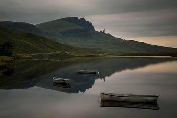 Réflexion de Storr dans le Loch Fada sur Wojciech Kruczynski