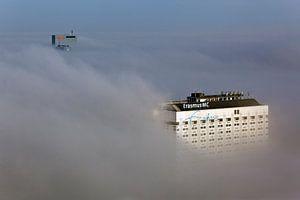 Rotterdam in de mist van boven gezien