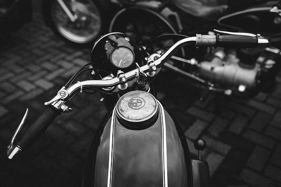 Stuur van een oldtimer motorfiets BMW
