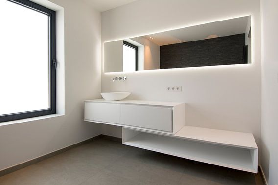 witte badkamer met spiegel en kast en natuurlijk licht van Ribbi The ...