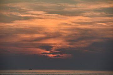 Zonsondergang bij Egmond aan Zee van Jurjen Jan Snikkenburg