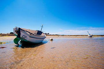 Boot op zand met water van Youri Mahieu