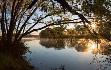Ochtendgloren aan de rivier van Peter Leenen