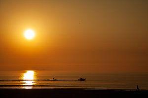 Zonsondergang met waterskiër van