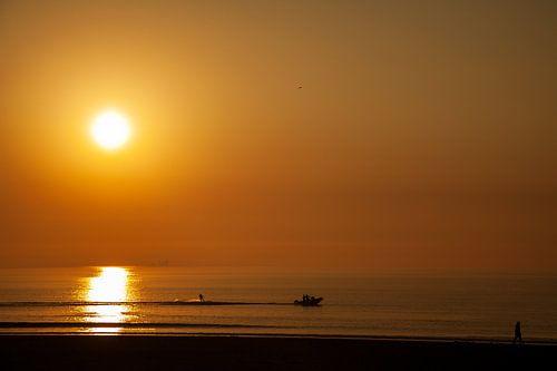 Zonsondergang met waterskiër