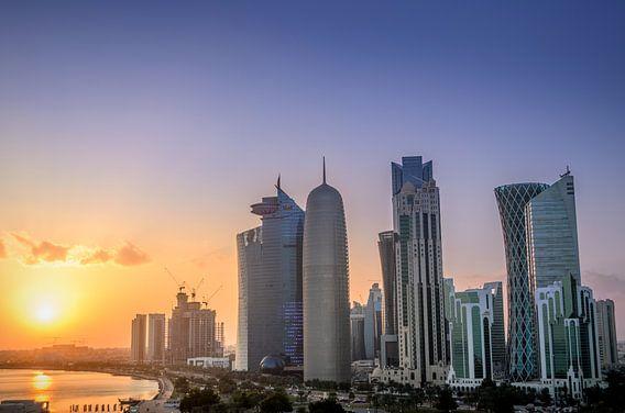 De skyline van Doha in Qatar tijdens zonsondergang