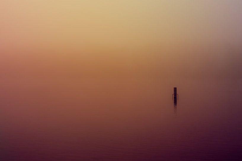 Paars en Oranje Mist over de Rijkerswoerdse Plassen van Robert Wiggers