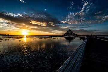 Mont Saint Michel en een landschap van zonsondergang van Jan Hermsen