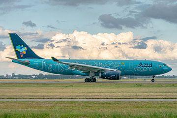 Net geland op de Polderbaan: fraai gekleurde Airbus A330-200 van de Braziliaanse maatschappij Azul. van Jaap van den Berg