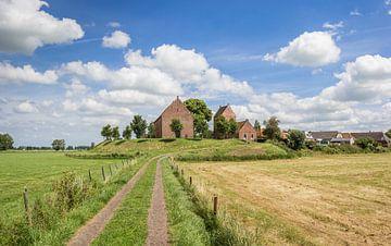 Mittelalterliche Kirche im Dorf Ezinge auf einer Anhöhe in Groningen von Marc Venema