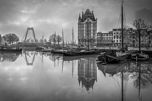 Alter Hafen mit dem Weißen Haus in Rotterdam (Schwarz-Weiß) von Mark De Rooij