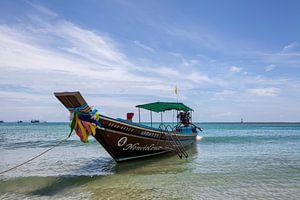 Kleurrijke traditionele vissersboot op het tropische strand van Koh Pangnan, Thailand van Tjeerd Kruse