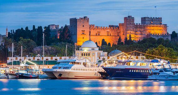 Port de Mandraki et Grand Palais du Grand Maître sur Rhodes en Grèce