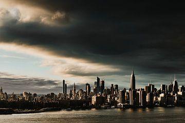New York City skyline bij zonsondergang van Roos Oosterbroek | hand painted prints en fotografie