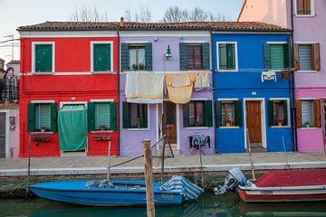 Maisons colorées sur l'île de Burno à côté de la vieille ville de Venise, Italie sur Joost Adriaanse