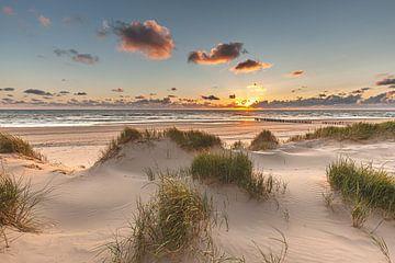 Ondergaande zon strand bij de Kerf Schoorl von René Groeneveld