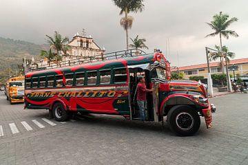 Panajachel: Openbaar vervoer / bus van Maarten Verhees