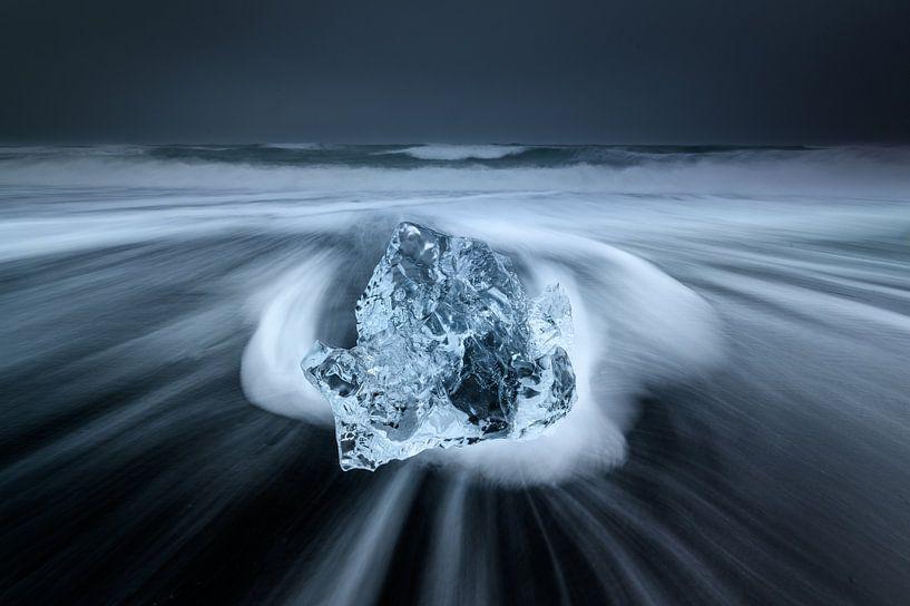 Ijs op het zwarte lava strand in Ijsland van Ellen van den Doel