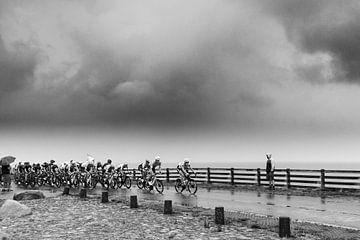 Peloton op Afsluitdijk, zwart wit van Chiel Hoekstra